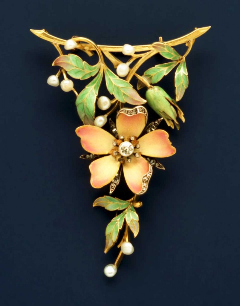 Brooch with enameled leaves