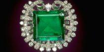20 baguette cut diamonds circle a 75.47 ct Colombian emerald
