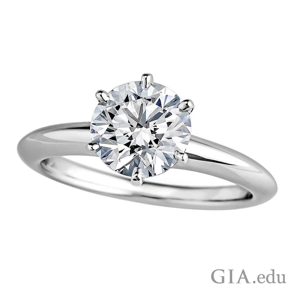 单石戒中的圆形钻石