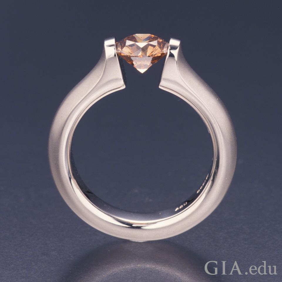张力镶圆形钻石订婚戒指