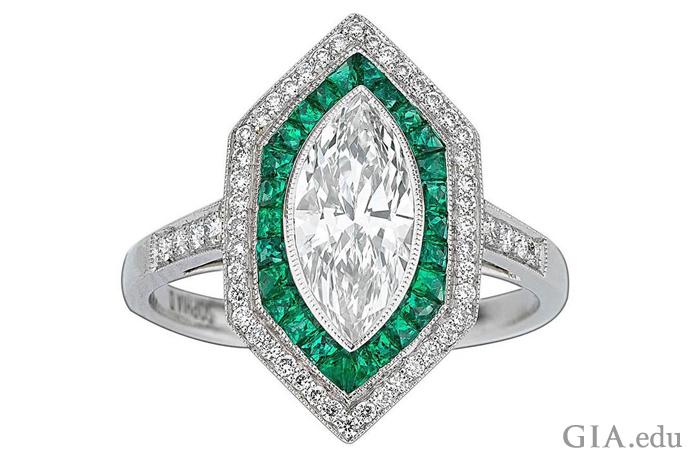 这枚戒指的主石为一颗 1.09 克拉(ct)的钻石,同时还镶嵌了 0.35 克拉青翠欲滴的祖母绿,以及另外 0.21 克拉小钻石,其设计灵感源于装饰艺术。