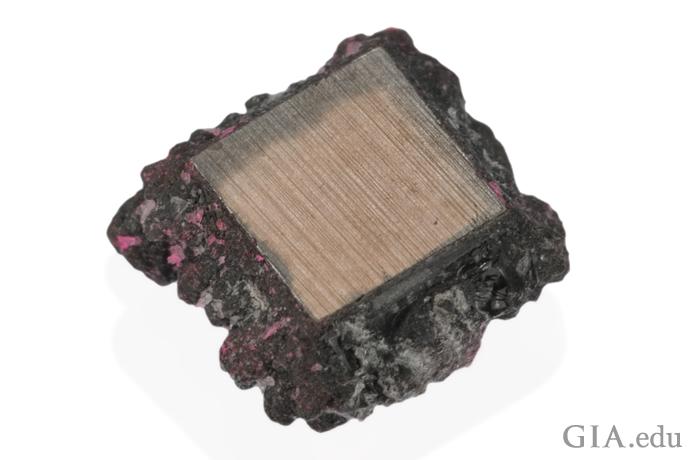 这颗化学蒸气沉淀 (CVD) 钻石晶体周围包覆着最终会被切除的碳材料。