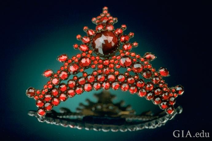 赤いガーネットで三日月形に作られた、アンティークパイロープの髪飾り。