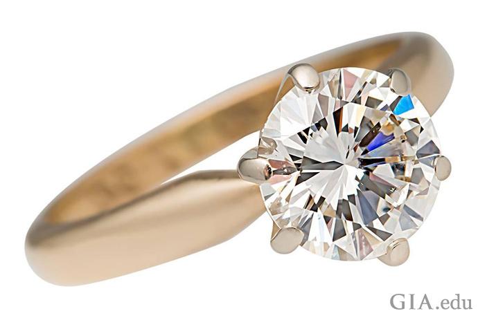 1.52カラット(ct)のラウンドブリリアントダイヤモンドの婚約指輪。