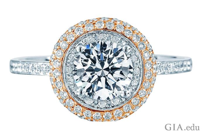 中央の石をパヴェセットのダイヤモンドヘイローが囲む。 ダイヤモンドの重量は全体で1.46カラット。