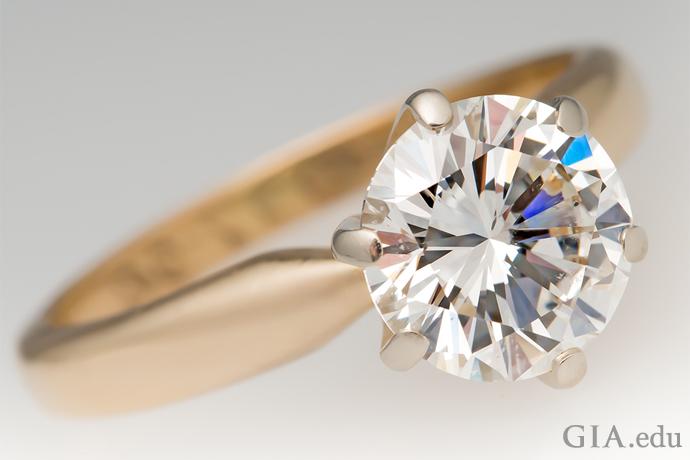 一枚1.52克拉圆形明亮式订婚钻戒。
