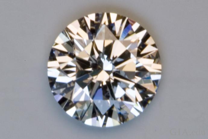 このダイヤモンドはエクセレントのカットグレード。輝きがとてもよく、明るい部分と暗い部分のパターンが均一で良いコントラストがある。