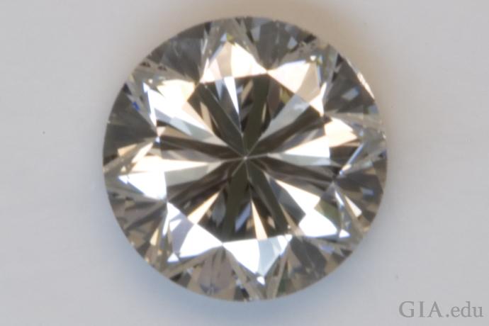 このダイヤモンドはプアのカットグレード。 明らかに目立つ暗い部分が多く、輝きの部分が小さくなっている。