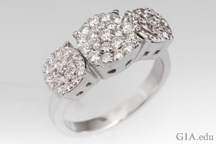 クラスターセッティングのダイヤモンドの指輪は、わずか0.29カラットのダイヤモンドを使用し、3つの大粒の宝石に見えるイリュージョン効果を生みます。