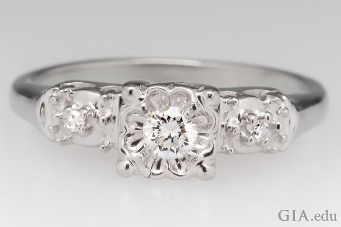 合計0.12カラットのダイヤモンドを用いたイリュージョンセッティングの婚約指輪