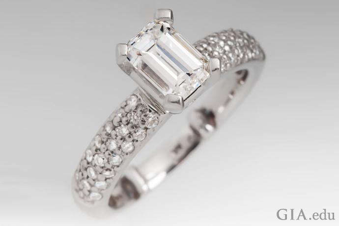 パヴェセットのダイヤモンドとエメラルドカットのセンターストーン(1.00カラット)を特徴とするダイヤモンドの婚約指輪。