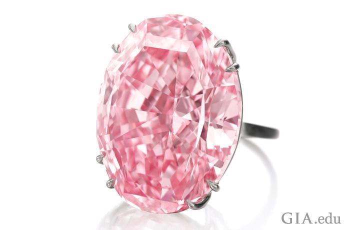Pink Star(ピンクスター)は、59.60ctでインターナルフローレス、ファンシービビッドピンクのオーバルシェイプ・ダイヤモンド