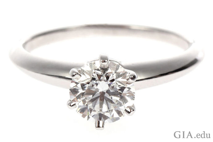 一枚镶有1.07克拉钻石的订婚戒指