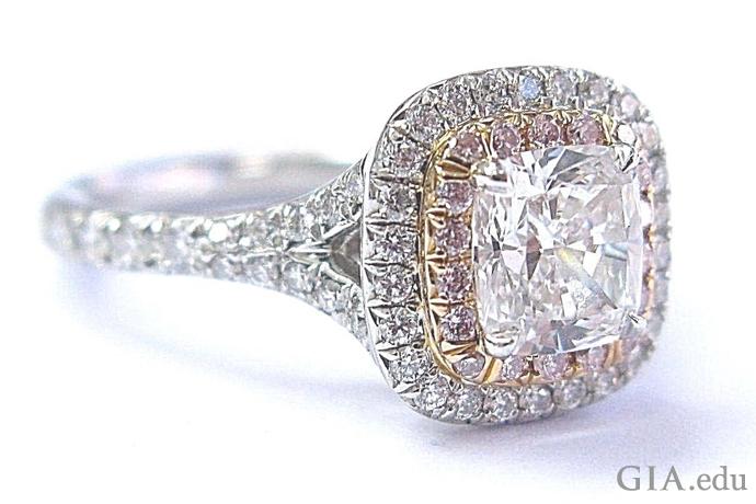 环绕着一圈米粒钻和天然粉红色钻石的垫型切工钻石铂金订婚戒指