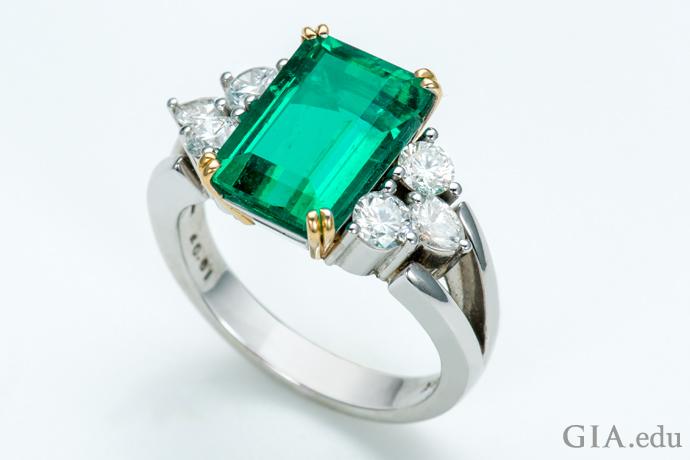6個のダイヤモンドのサイドストーン付き3.69カラットのエメラルドの指輪