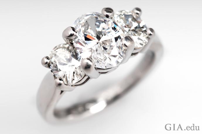 オーバルシェイプ・ダイヤモンドの三つ石の婚約指輪