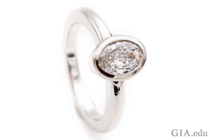 プラチナベゼルセッティングにマウントされた0.84ctのオーバルシェイプ・ダイヤモンド