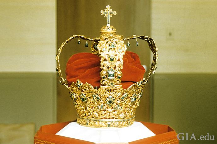 アンデスの王冠には、24カラットのエメラルドのセンターストーンに加え、442個のエメラルドがセットされている