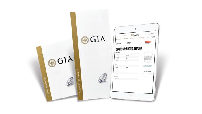 平板电脑旁是 GIA 钻石鉴定精简版证书 (GIA Diamond Dossier®) 和 GIA 钻石鉴定证书 (GIA Diamond Grading Report) 的封面,平板电脑上显示的是一份 GIA 钻石精要证书 (GIA Focus Report)。