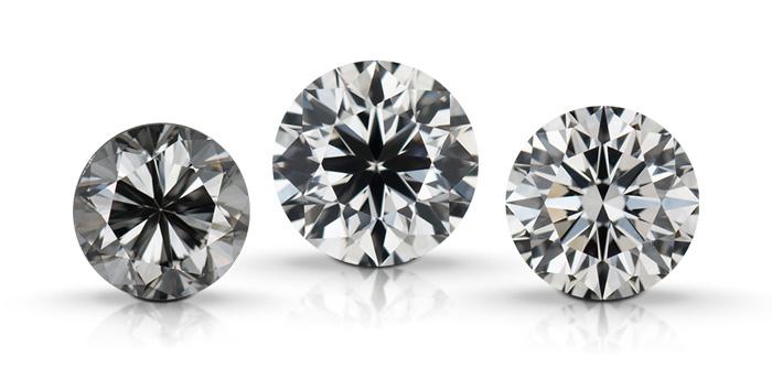 圆形明亮式钻石展示了钻石的切工品质对外观特点的影响。这些钻石从左到右依次为:不良切工、良好切工、极优切工。