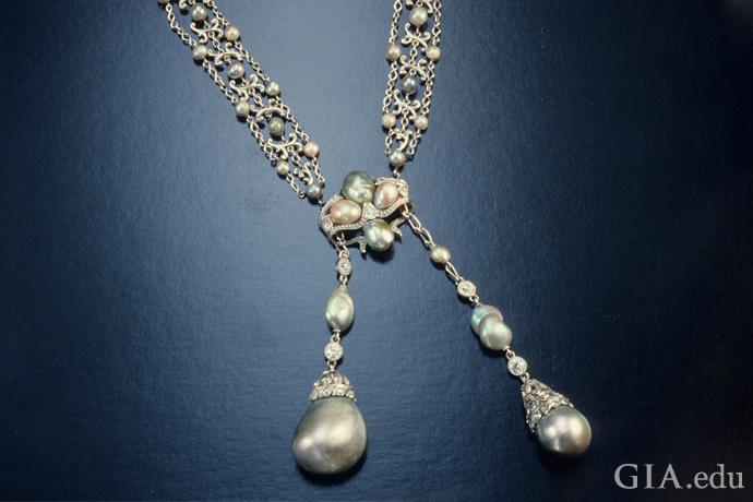 エドワード朝様式の、明るめと暗めの真珠が交互についた天然真珠ネックレス