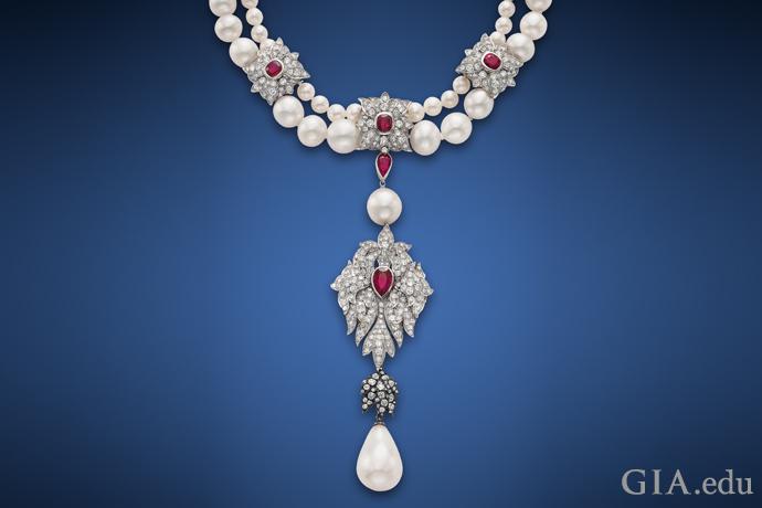 一条悬挂着50.56克拉天然珍珠吊坠的双串项链,饰有56颗海水天然珍珠、四颗养殖珍珠、多颗红宝石和钻石