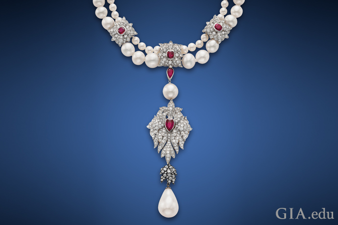 50.56ctの天然真珠ペンダントがついた2連のネックレス。56個の海水天然真珠、4個の養殖真珠、ルビー、ダイヤモンドのアクセント付き