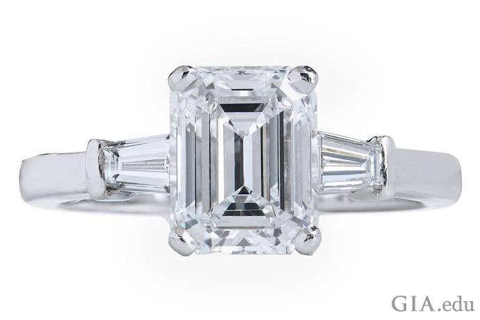 2.01克拉E色祖母绿式切磨钻石,两侧镶嵌着两颗梯钻