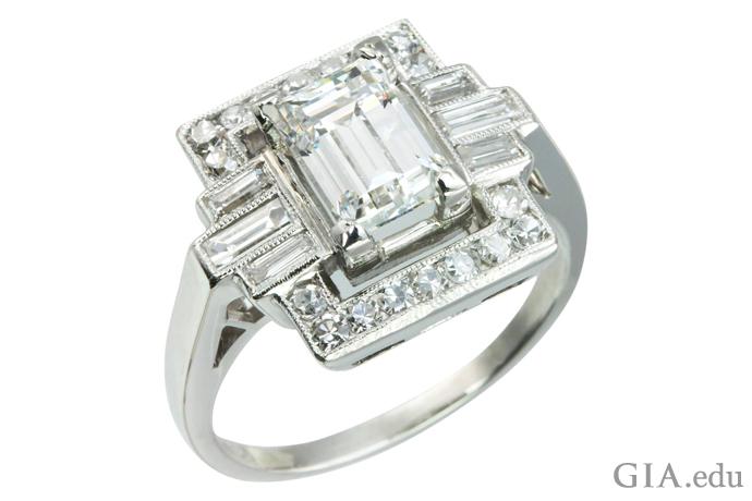 1.37克拉的祖母绿切工装饰艺术订婚戒指,饰有六颗小长方钻和18颗圆形明亮式钻石
