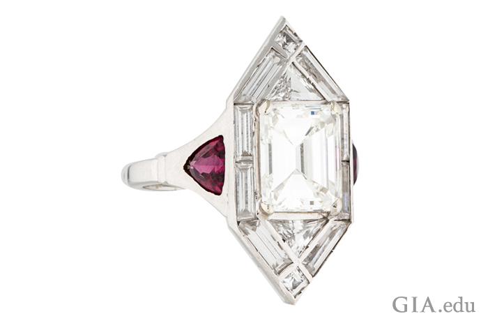 2.40克拉的装饰艺术订婚戒指,镶嵌着0.85克拉小长方钻、三角形钻石和trilliant切工合成红宝石