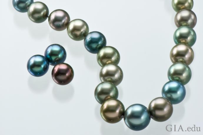 展示了大溪地养殖珍珠的各种颜色的项链
