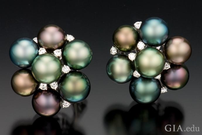 钻石和大溪地养殖珍珠群镶耳环