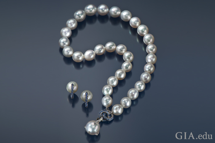 ブルーサファイアでアクセントがついたセミラウンド型の南洋養殖真珠ネックレス