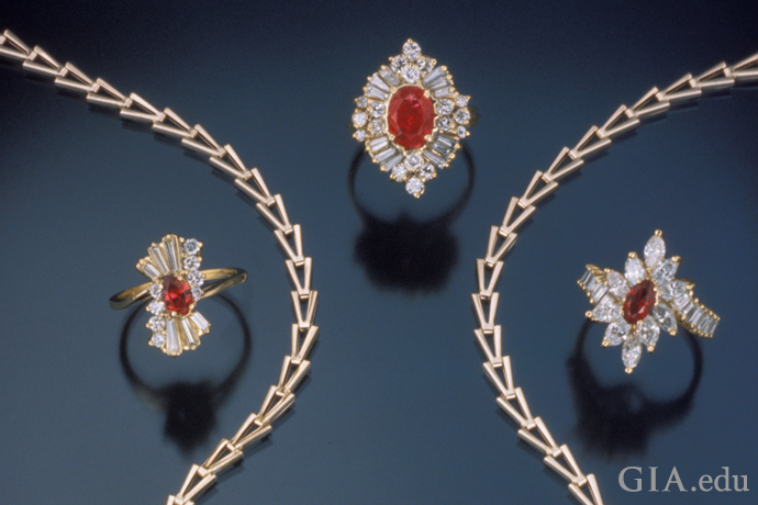 Luc Yen(ルク イェン)やベトナムの他の地域で産出したルビーが、この4つの指輪とネックレスに使用されている。