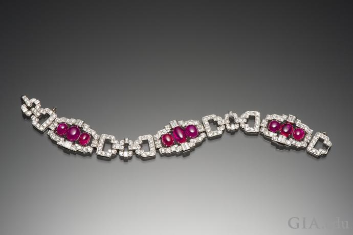 ダイヤモンドとルビーのブレスレットが、合計20.56ctのタンザニア産カボションカットのルビーとともにきらめいている。