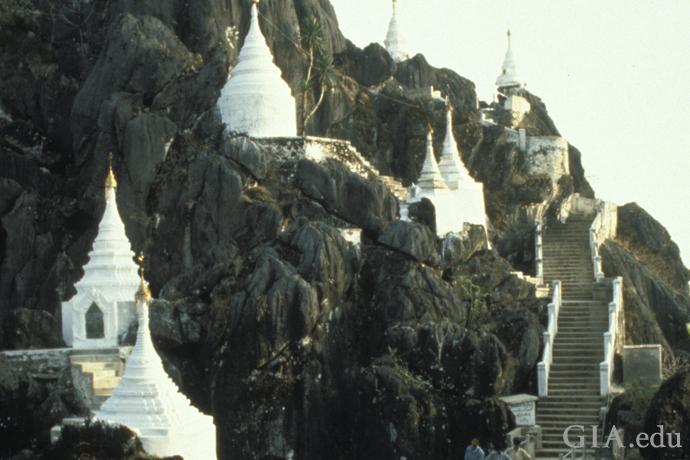 モゴックに近い男子修道院の金色の尖塔が、山腹に沿って色鮮やかにそびえる。