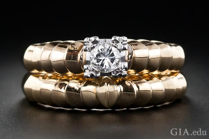 有凹槽的棱纹图案让这枚复古时代的黄金订婚戒指和结婚戒指的外形生机勃勃。