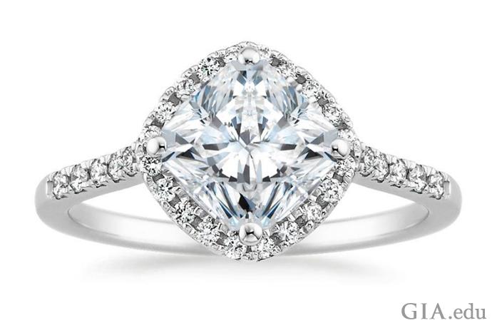 雷地恩切磨式样的主石搭配圆形明亮式切工的钻石。