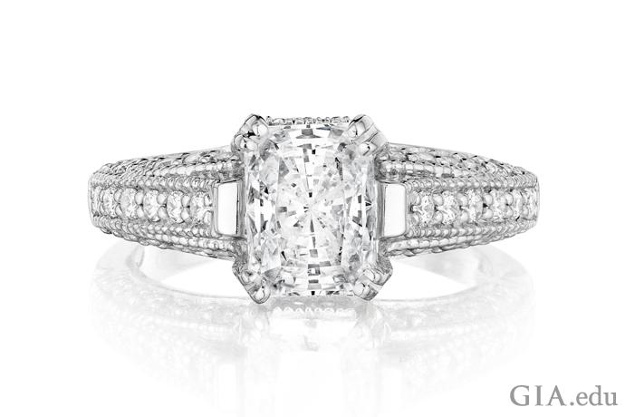 20.04 克拉的美丽雷地恩切磨式样钻石镶嵌在铂金中,展示出这种刻面式样的无穷魅力。