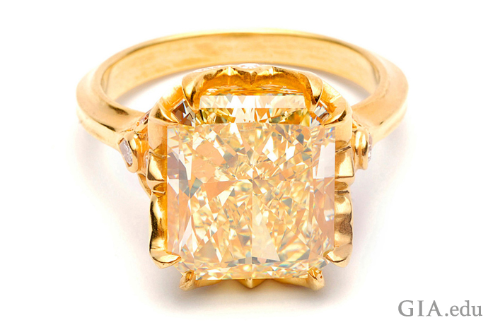 这颗精美的 8 克拉 (ct) 雷地恩切磨式样黄色钻石是钻石订婚戒指的不二之选。