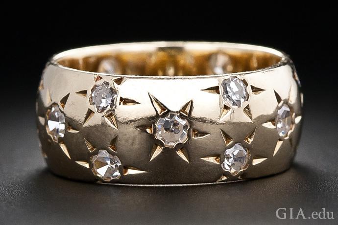 在这枚复古时代的古董戒指中,星形镶嵌钻石在一方金色天空中熠熠生辉。 这枚戒指上共有18颗单翻钻,总重1.00克拉。