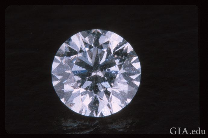 灰尘和油污令这颗颜色等级为E级的0.61克拉圆形明亮式钻石看起来黯淡无光。