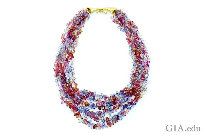 """这条独一无二的450克拉蓝宝石珠串项链""""黎明""""展现出蓝宝石缤纷绚烂的颜色。"""