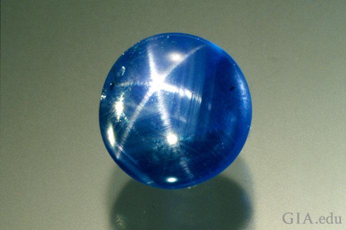 这颗5.43克拉的蓝色蓝宝石呈现出如梦似幻的星光效应或星光。