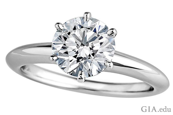 这枚六爪镶嵌的戒指上镶嵌着一颗颜色等级为H级的1.37克拉钻石,简约迷人,定能俘获新娘的芳心。