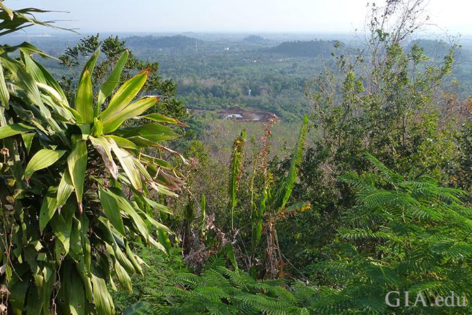 タイ、チャンタブリの熱帯地域にある採掘坑が遠方に見える。