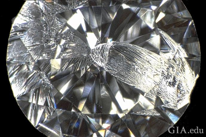 这颗1.05克拉的钻石上有一个缺口,缺口始于腰围,一直延伸到尖底。