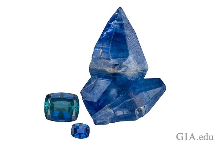 ミャンマー産サファイア結晶のクラスター、ファセットカットされたケニア産ブルーグリーンサファイア、ファセットカットされたモンタナ産ブルーサファイア。