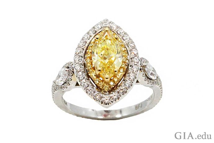 这枚璀璨夺目的订婚戒指在戒圈上镶嵌了一颗1.10克拉的马眼形黄色钻石和两颗白色马眼形钻石,主石周围镶嵌了一圈米粒钻。
