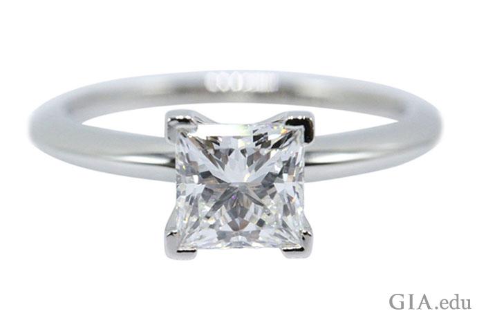 公主方形切工的钻石可与圆形明亮式钻石的亮度相媲美。